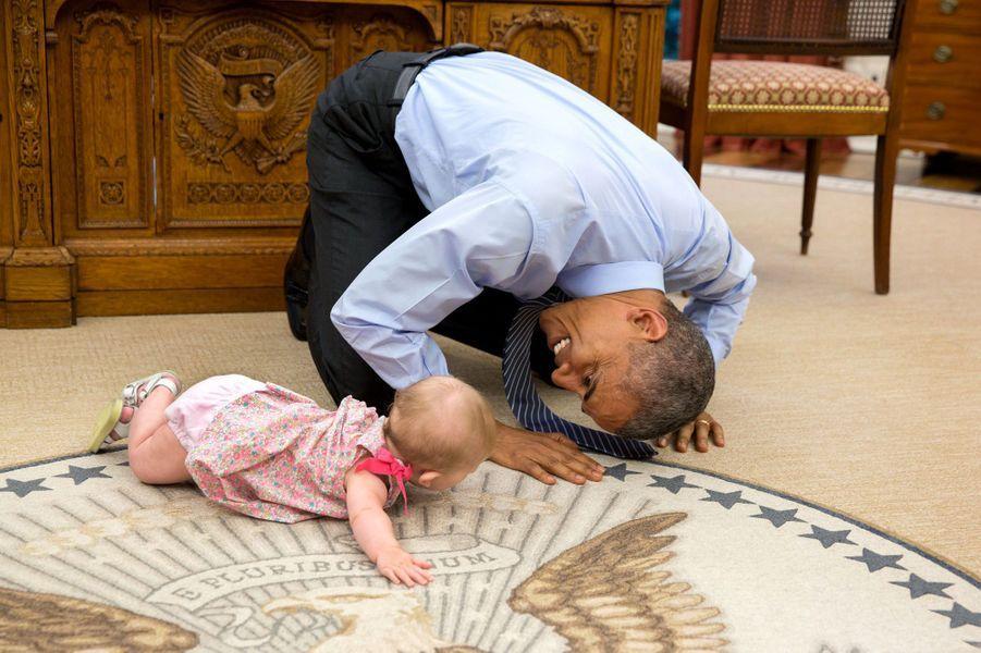 Barack Obama et Ella, la fille de son conseiller Ben Rhodes, dans le Bureau ovale de la Maison-Blanche, le 4 juin 2015.