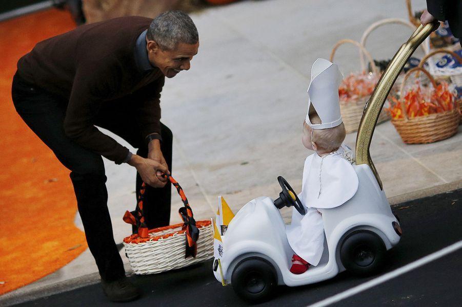 Barack Obama et un petit pape pour la fête d'Halloween de la Maison-Blanche, le 30 octobre 2015.