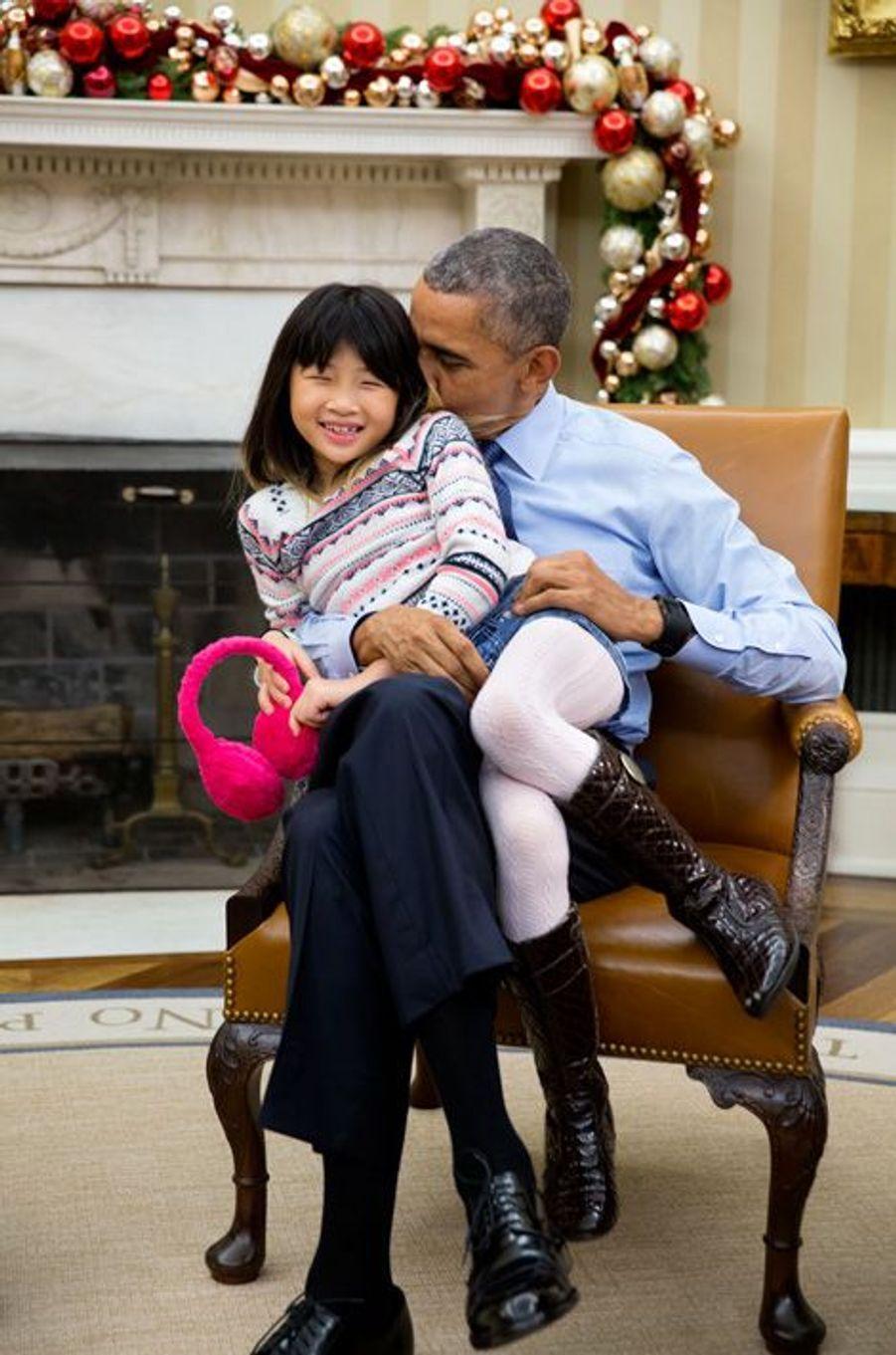 Barack Obama joue avec sa nièce Savita dans le Bureau ovale, le 4 décembre 2015.