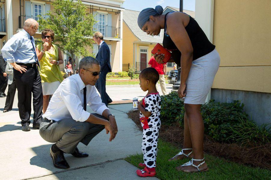 Barack Obama parle avec un garçonnet à La Nouvelle-Orléans (Louisiane), le 27 août 2015.