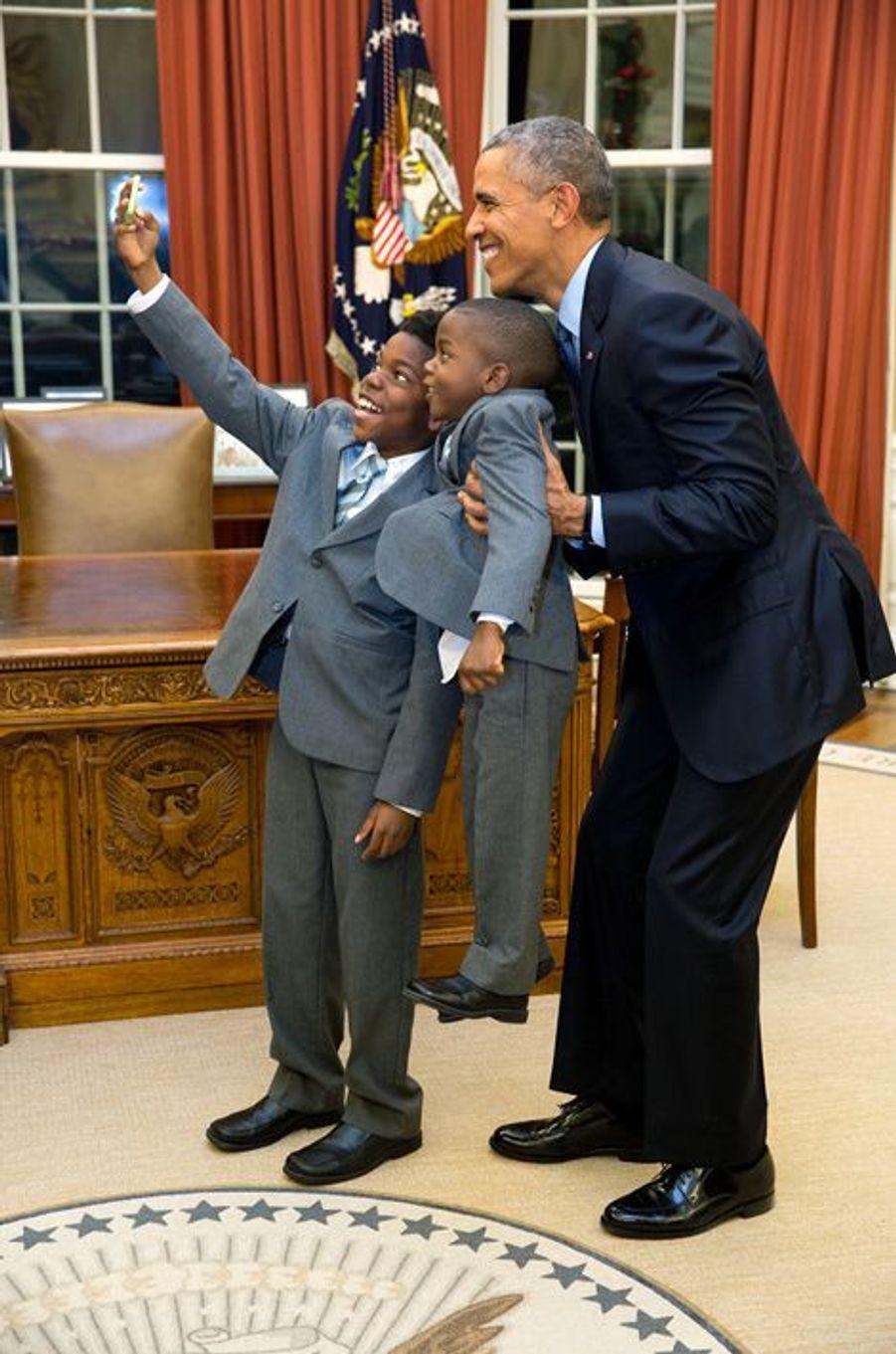 Barack Obama prend un selfie avec Jacob et James, les fils d'Heather Foster, qui quittait son poste à la Maison-Blanche, le 4 décembre 2015.