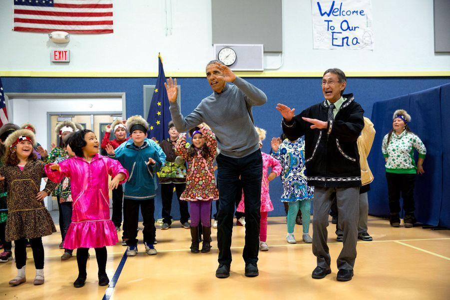 Barack Obama s'essaie à une danse traditionnelle à Dillingham (Alaska), le 2 septembre 2015.