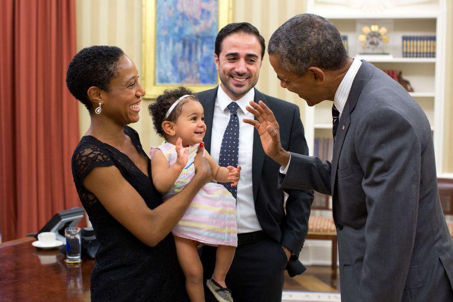 Barack Obama salue Alya, la fille de Maher Bitar, son conseiller sur la situation entre Israël et la Palestine, le 21 septembre 2015.
