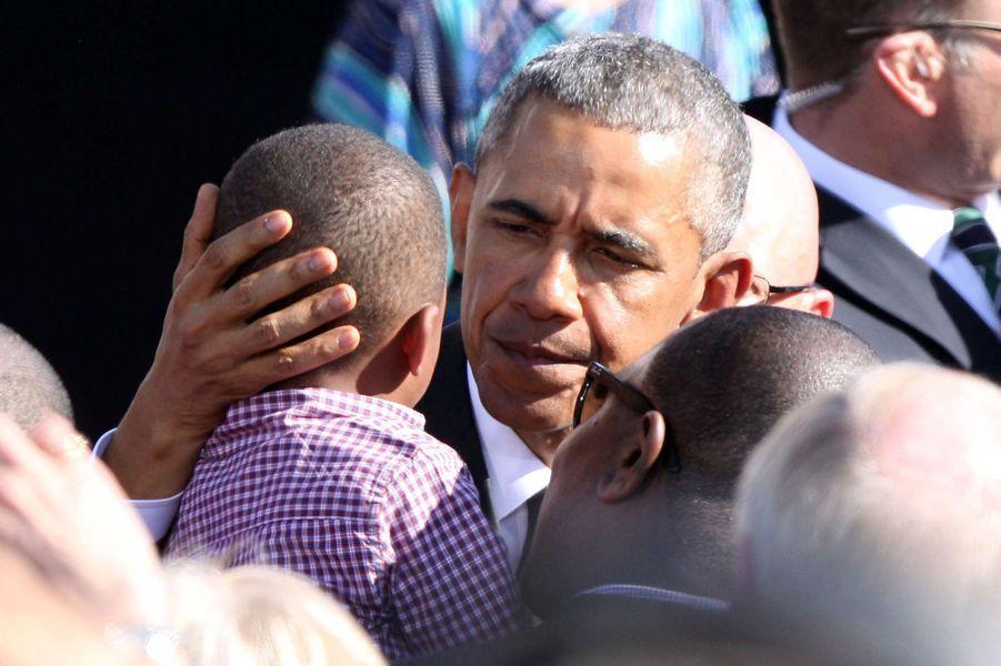 Barack Obama salue un bébé en marge du 50ème anniversaire du Bloody Sunday à Salma (Alabama), le 7 mars 2015.