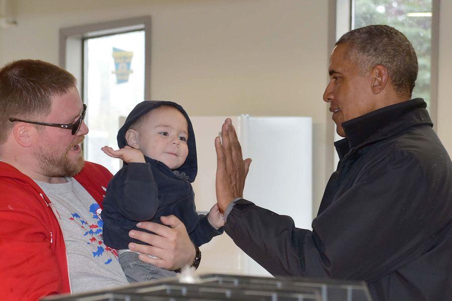 High-five entre Barack Obama et un bébé dans un supermarché de Dillingham (Alaska), le 2 septembre 2015.