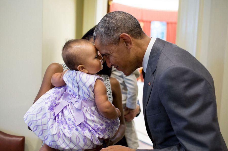 Tête à tête entre Barack Obama et Josephine, la fille de Tim Gronniger, conseiller aux Affaires sociales, à la Maison-Blanche, le 17 juillet 2015.