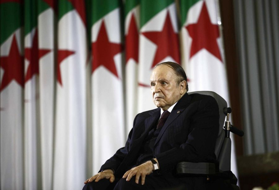 En novembre 2008, le Parlement a supprimé la limitation du nombre de mandats présidentiels à deux en plébiscitant un projet de révision de la Constitution. Abdelaziz Bouteflika a été réélu en 2009 puis en 2014.