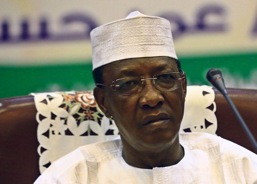 IEn juin 2005, une révision constitutionnelle adoptée lors d'un référendum controversé a supprimé la limitation à deux quinquennats présidentiels. Idriss Deby Itno a ensuite été réélu en 2006 puis en 2011.
