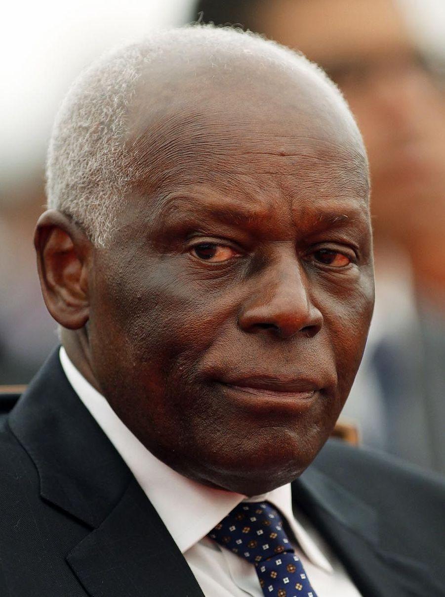 L'adoption en 2010 d'une modification de la Constitution prévoyant l'élection du président au suffrage indirect, par les députés, a permis à José Eduardo dos Santos, au pouvoir depuis 1979, d'être investi en 2012 après la victoire de son parti aux législatives.