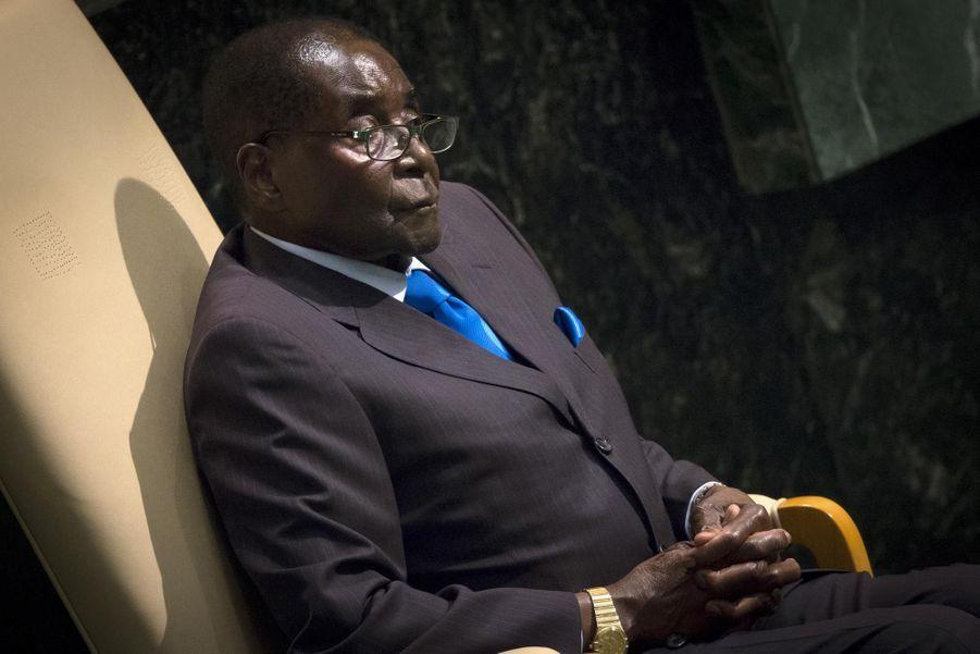 A 91 ans, dont 35 au pouvoir, Robert Mugabe, est le plus vieux dirigeant du continent africain, et même du monde (devant l'Italien Giorgio Napolitano, 90 ans, et le Tunisien, Béji Cïd Essebsi, 88 ans). Le dictateur est à la tête de l'ex-Rhodésie depuis qu'elle est devenue Zimbabwe en 1980 -d'abord comme Premier ministre, de 1980 à 1987, puis à la présidence sans discontinuer depuis.En 2013, une nouvelle Constitution a limité à deux le nombre de mandats présidentiels, mais sans rétroactivité. Une mesure qui a permis à Robert Mugabe de se représenter cette même année, et lui permettra de le refaire en 2018, lui permettant de rester au pouvoir jusqu'à 99 ans.