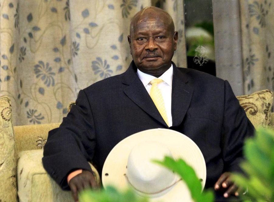 En juillet 2005, une réforme de la Constitution a supprimé toute restriction sur le nombre de mandats pour le chef de l'Etat. Yoweri Museveni a donc été réélu en 2006 puis en 2011.