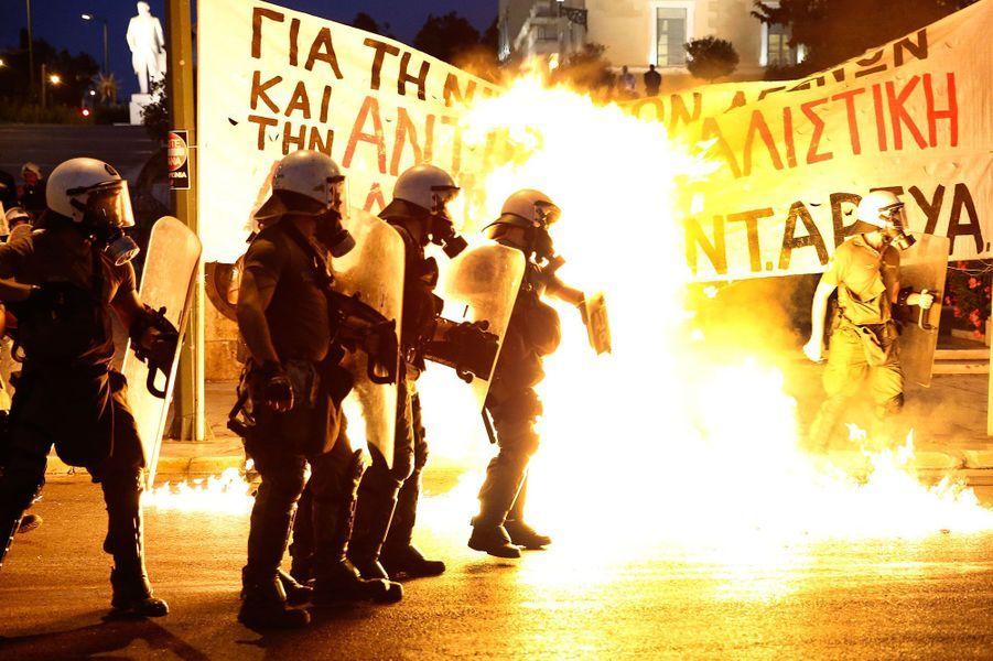 Forces de l'ordre et des dizaines de jeunes masqués se sont affrontés dans les rues d'Athènes