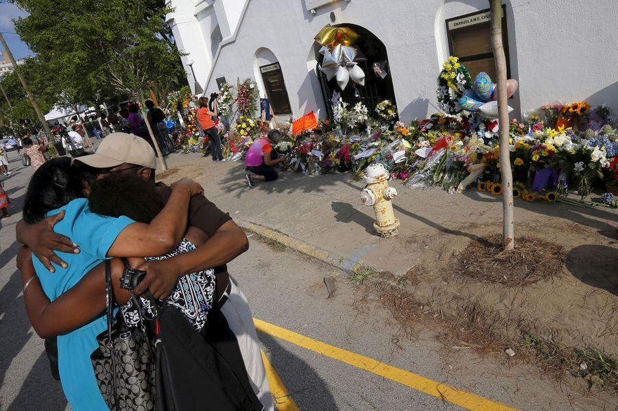 Kumba Mboma et Lucinda Maywood s'enlacent devant l'église