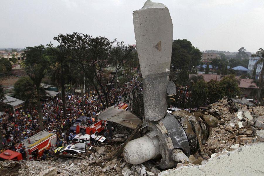 Crash sur une zone habitée: au moins 116 morts