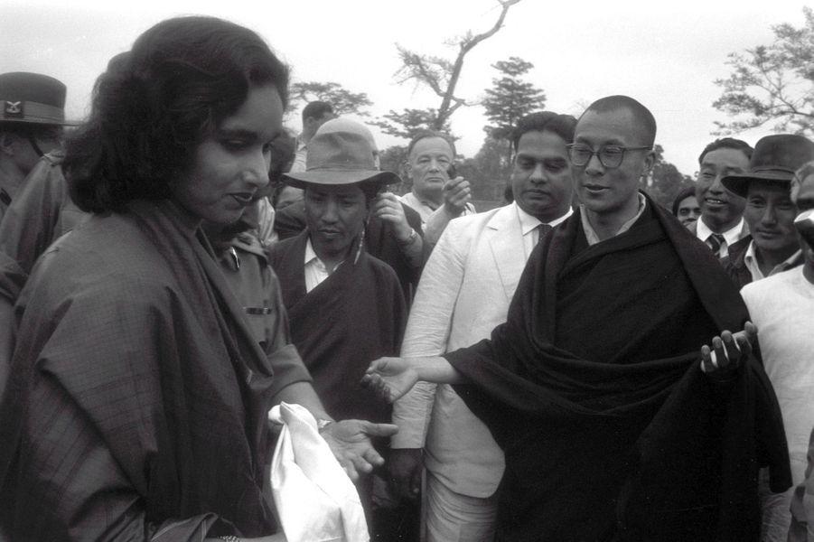 Traqué par les Chinois, le 14e DALAI-LAMA (23 ans) a fui le Tibet et trouvé refuge en Inde : 18 avril 1959 : son arrivée à la frontière de l'Assam, après avoir traversé la région des territoires de la North East Frontier Agency (NEFA) qui sépare l'Inde du Tibet et de la Chine. Avant de rejoindre la ville de Tezpur où lui et ses partisans sont attendus par la presse internationale, le Dalai Lama, descendu de voiture pour faire quelques pas, remercie pour son accueil Mme Prabha PUNJ, l'épouse de l'officier commandant le régiment de l'Assam Rifles chargé de l'escorter depuis la frontière.