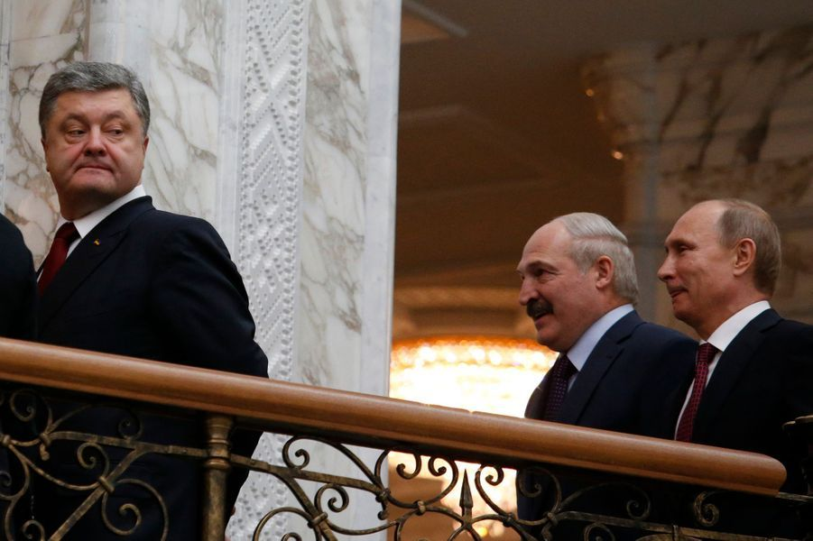 Petro Porochenko regarde Vladimir Poutine derrière lui