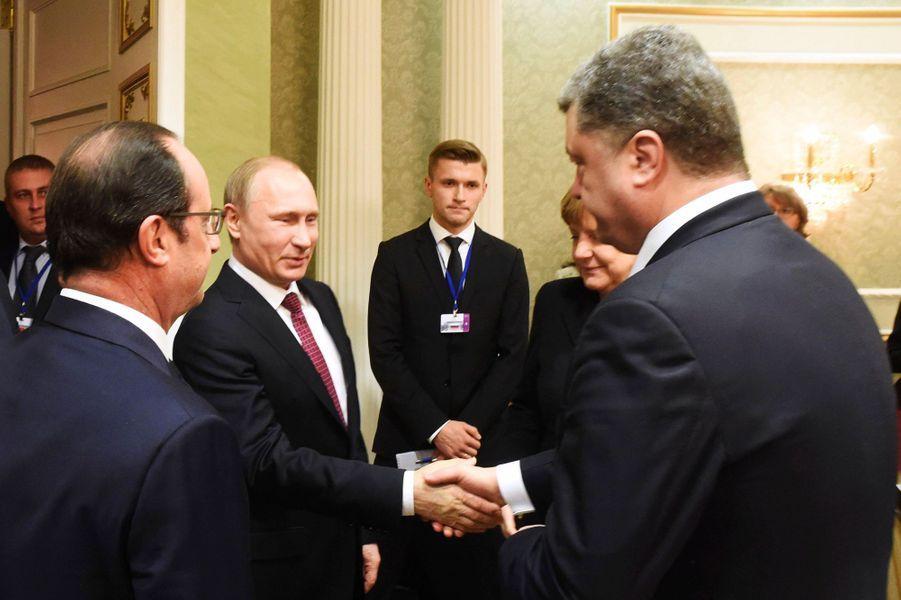 Une poignée de mains historique entre Vladimir Poutine et Petro Porochenko