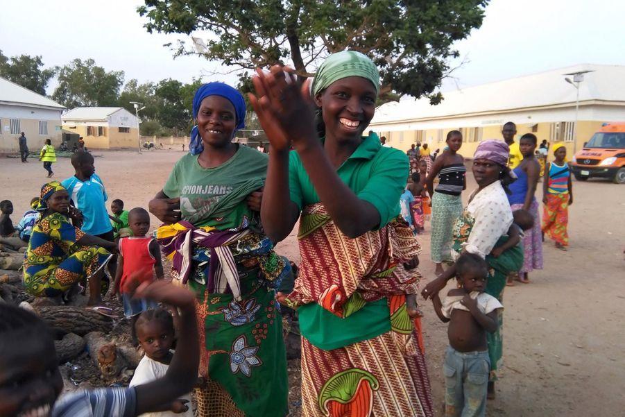 Des rescapées résident dans le camp de Yola accueillant avec joie de nouvelles otages sauvées