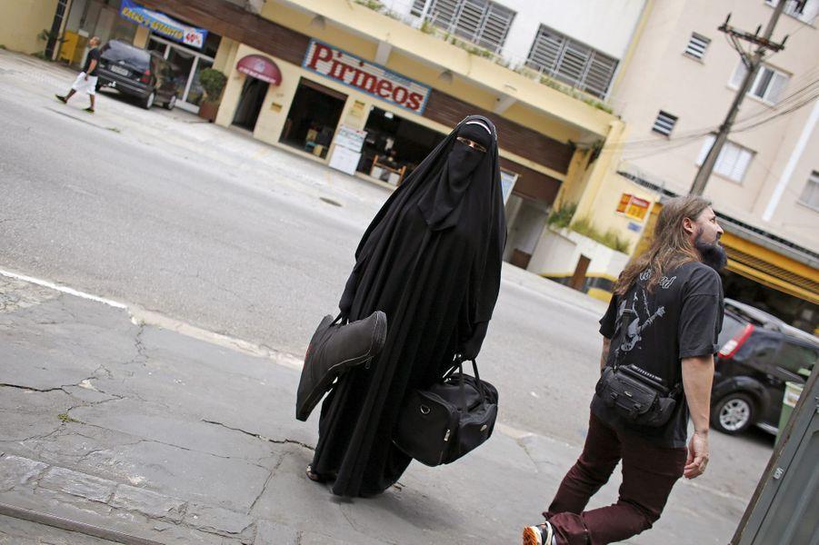 Gisele, une métalleuse en burqa