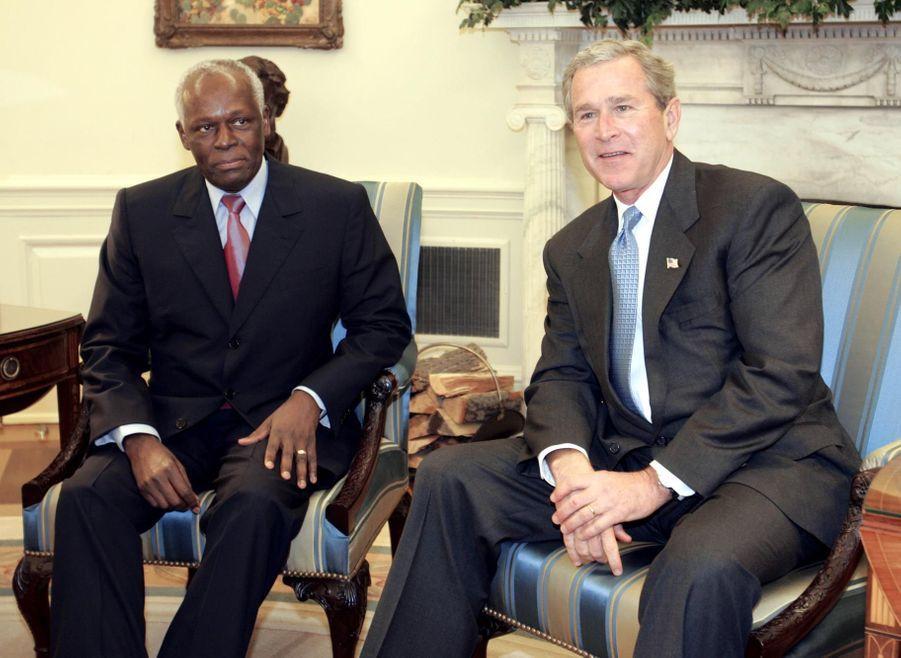 José Eduardo dos Santos avec George W. Bush en 2004