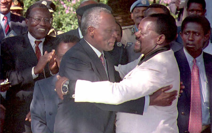 José Eduardo dos Santos avec Jonas Savimbi, le leader de l'UNITA,en 1995