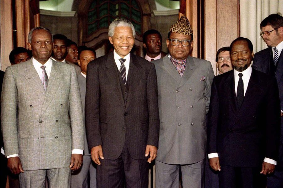José Eduardo dos Santos avec les présidents sud-africain Nelson Mandela, du Mozambique Joaquim Chissano et du Zaïre Mobutu Sese Seko à Pretoria,...