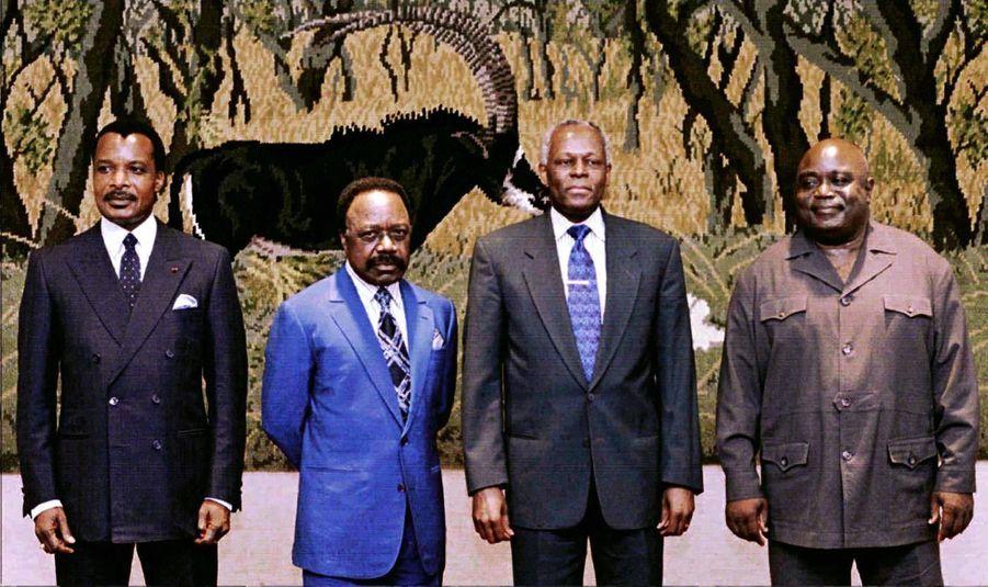 José Eduardo dos Santos avec ses homologues congolais Denis Sassou Nguesso, gabonais Omar Bongo et de RDC Laurent Kabila à un sommet régional à...