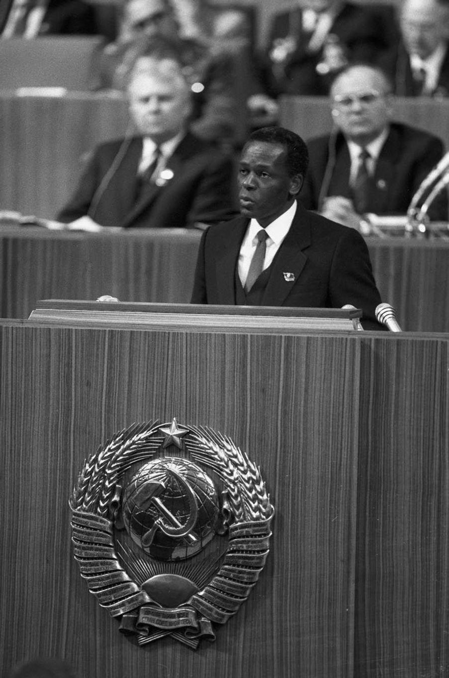 José Eduardo dos Santos s'adressant au 27e Congrès du Parti communiste soviétique à Moscou en 1983