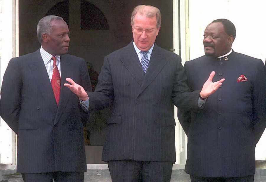 Le roi belge Albert II entouré de Jonas Savimbi, chef de l'Union nationale pour l'indépendance totale de l'Angola (Unita), et de José Eduar...