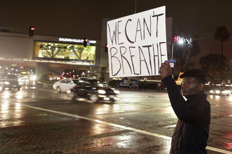"""Eric Garner, un père de six enfants soupçonné de vente illégale de cigarettes, avait été plaqué au sol par plusieurs policiers blancs, après avoir refusé d'être arrêté. Dans une vidéo amateur, on voit un de ces policiers, Daniel Pantaleo, le prendre par le cou pour le jeter à terre, une pratique pourtant interdite au sein de la police new-yorkaise. """"Je ne peux pas respirer"""", se plaint à plusieurs reprises Garner, obèse et asthmatique, avant de perdre connaissance. Il avait été déclaré mort peu après, et le médecin légiste avait conclu à un homicide.Le président Obama a rapidement réagi, en termes généraux, après la décision du grand jury de ne pas inculper Daniel Pantaleo, affirmant que """"trop souvent, les personnes ne pensent pas que les gens sont traités de manière équitable. Dans certains cas, cela peut-être une incompréhension, mais c'est parfois la réalité"""". """"Nous n'arrêterons pas avant de voir un renforcement de la confiance et de la responsabilité qui existe entre nos communautés et notre police"""", a aussi déclaré le président américain.Le policier ne sera donc pas poursuivi au niveau local, mais le ministre de la Justice Eric Holder a annoncé mercredi soir une enquête fédérale sur une éventuelle violation des droits civiques d'Eric Garner, dont la mère n'a pas caché sa colère après la décision du grand jury. Sur un ton plus personnel, M. de Blasio, dont l'épouse est noire, a même expliqué qu'il avait évoqué avec son fils métis pendant des années """"les dangers qu'il pourrait rencontrer"""" lors d'interactions avec la police. Il a cependant appelé les manifestants à protester """"de manière pacifique"""", et les a incités à """"travailler pour que ça change"""". Le grand jury, 23 citoyens américains qui avaient commencé à se réunir en septembre, """"a trouvé qu'il n'y avait pas de cause raisonnable de voter pour une inculpation"""" de Daniel Pantaleo """"après délibération sur les éléments de l'enquête qui lui a été présentée"""", avait auparavant expliqué le procureur de Staten Island Dan"""