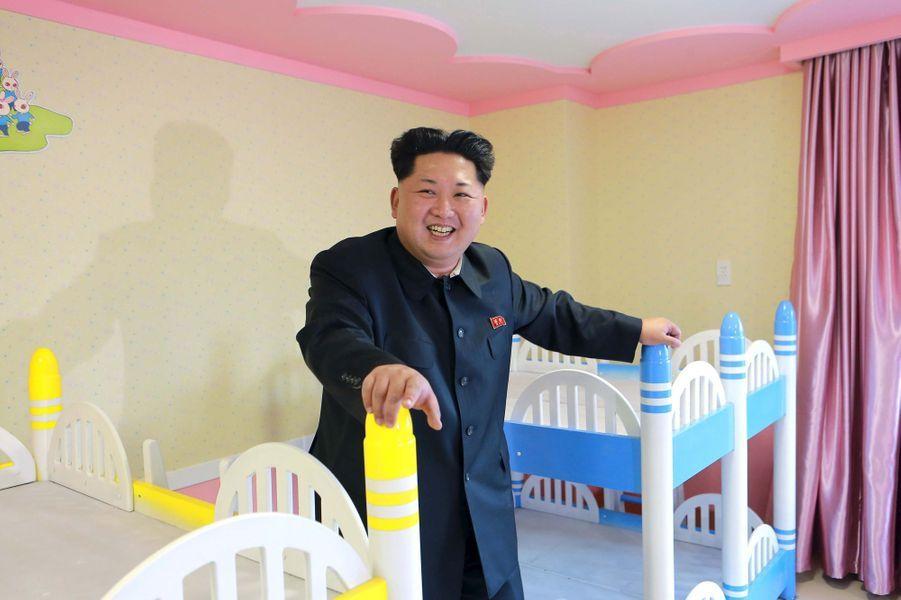 Le dictateur nord-coréen Kim Jong-un, photographié en avril 2015 dans un orphelinat en construction