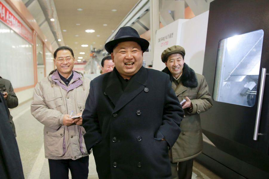 Le dictateur nord-coréen Kim Jong-un, photographié en décembre 2015 dans une usine