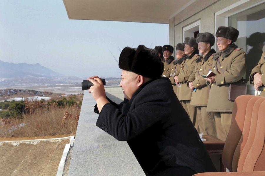 Le dictateur nord-coréen Kim Jong-un, photographié en décembre 2015 lors d'un exercice de manoeuvre des troupes nord-coréennes