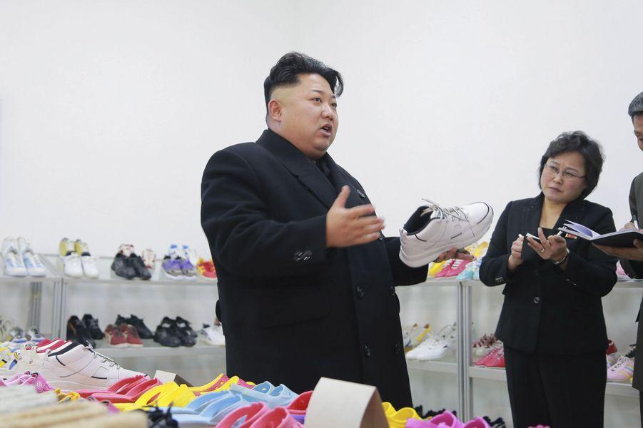 Le dictateur nord-coréen Kim Jong-un, photographié en janvier 2015 dans une usine de chaussures de Pyongyang