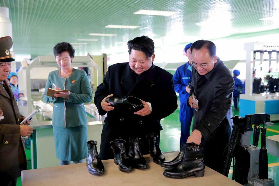 Le dictateur nord-coréen Kim Jong-un, photographié en novembre 2015 dans une usine de chaussures