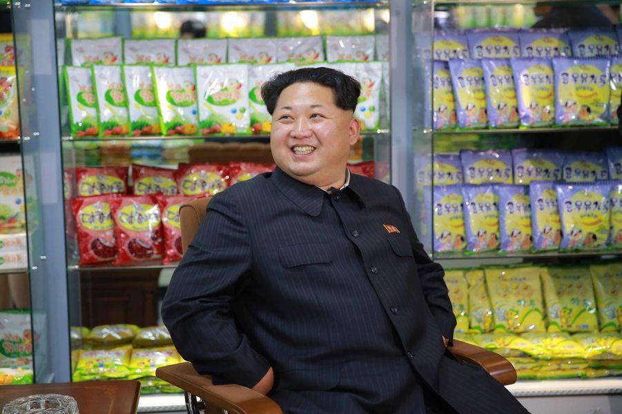 Le dictateur nord-coréen Kim Jong-un, photographié en novembre 2015 lors d'une visite dans une usine de nourriture pour enfants
