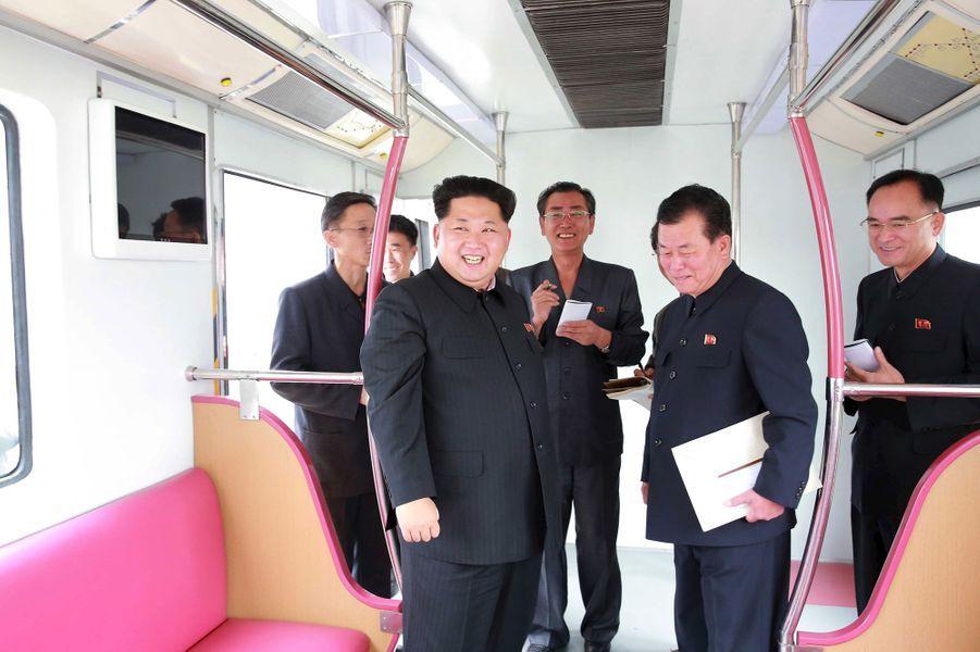 Le dictateur nord-coréen Kim Jong-un, photographié en octobre 2015 dans une rame de métro neuve