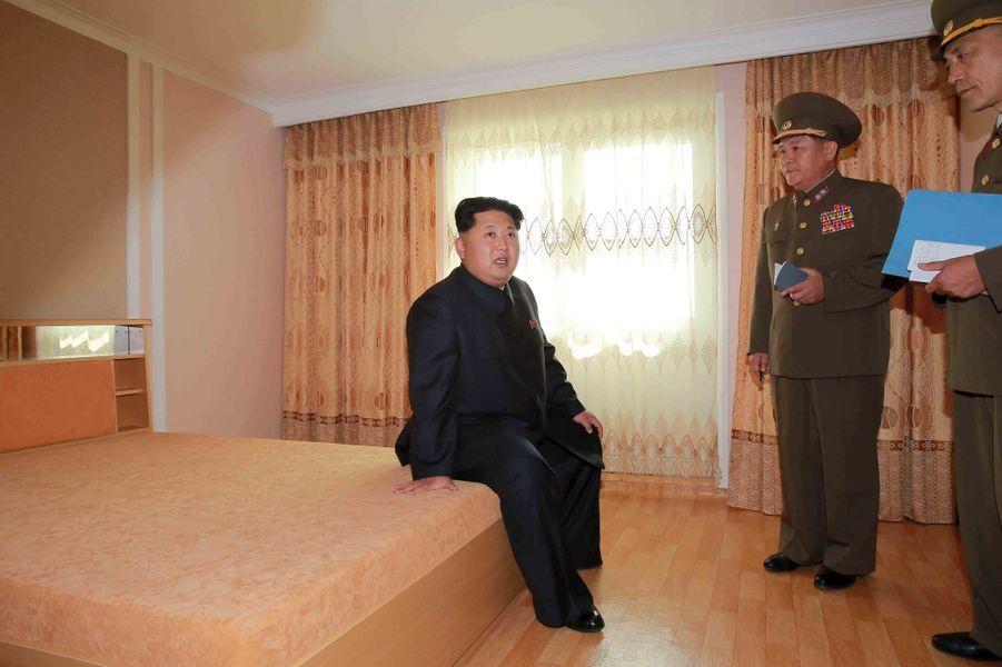 Le dictateur nord-coréen Kim Jong-un, photographié en octobre 2015 visitant des logements neufs
