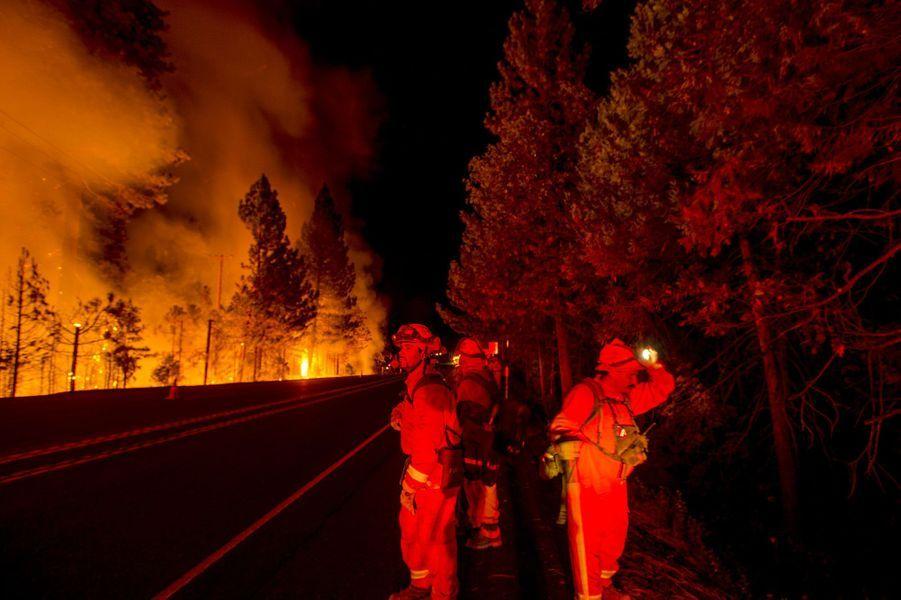 Le feu se propage dans le canyon