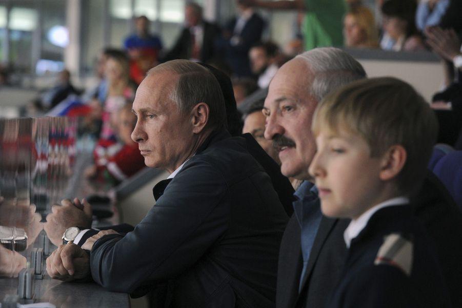 Alexandre Loukachenko avec son fils Nikolaï et Vladimir Poutine à la finale du championnat du monde de hockey à Minsk, le 25 mai 2014