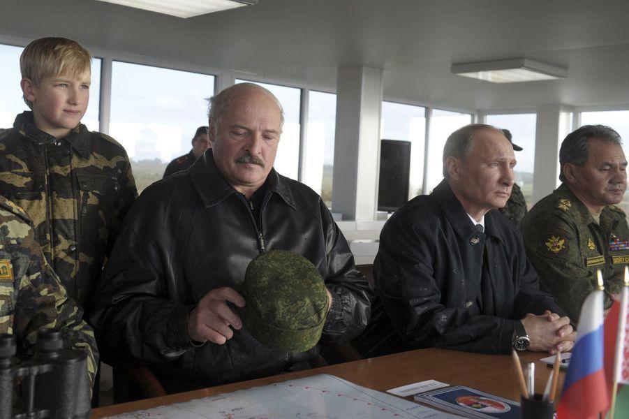 Alexandre Loukachenko avec son fils Nikolaï et Vladimir Poutine aux jeux militaires Zapad-2013 dans la région de Kaliningrad (Russie), le 26 septe...