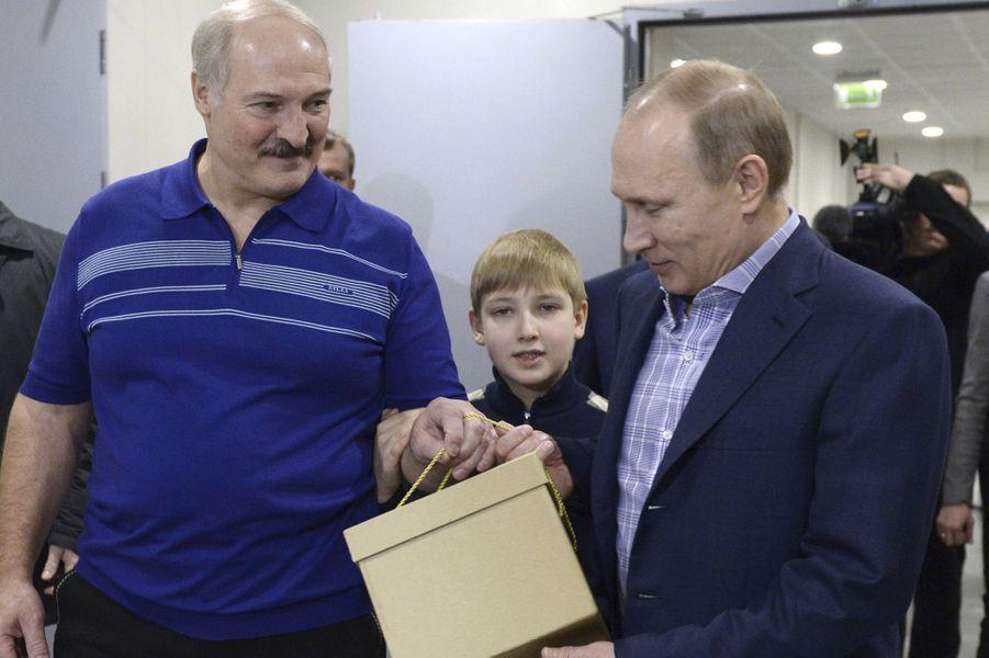 Alexandre Loukachenko avec son fils Nikolaï et Vladimir Poutine avant un match de hockey amical à Sotchi, le 4 janvier 2014