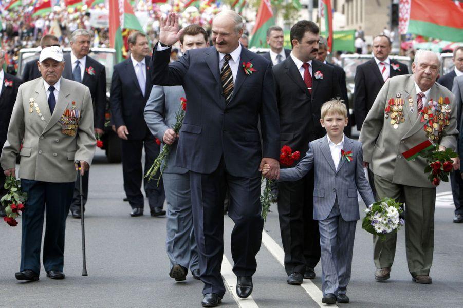 Alexandre Loukachenko et son fils Nikolaï assistent au défilé militaire à Minsk pour la fête nationale biélorusse, le 3 juillet 2010