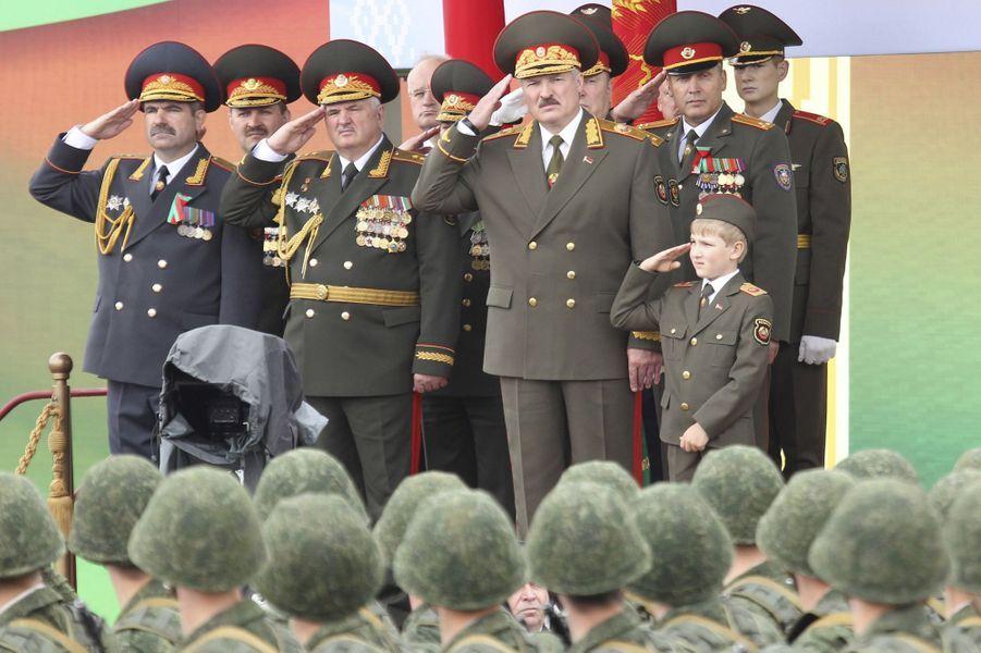 Alexandre Loukachenko et son fils Nikolaï assistent au défilé militaire à Minsk pour la fête nationale biélorusse, le 3 juillet 2011