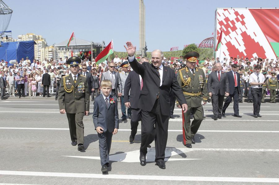 Alexandre Loukachenko et son fils Nikolaï assistent au défilé militaire à Minsk pour la fête nationale biélorusse, le 3 juillet 2012