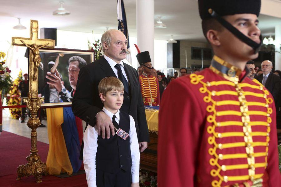Alexandre Loukachenko et son fils Nikolaï aux funérailles d'Hugo Chavez à Caracas, le 8 mars 2013