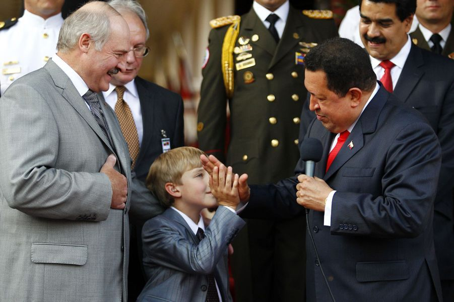 Alexandre Loukachenko et son fils Nikolaï rencontre Hugo Chavez à Caracas, le 26 juin 2012