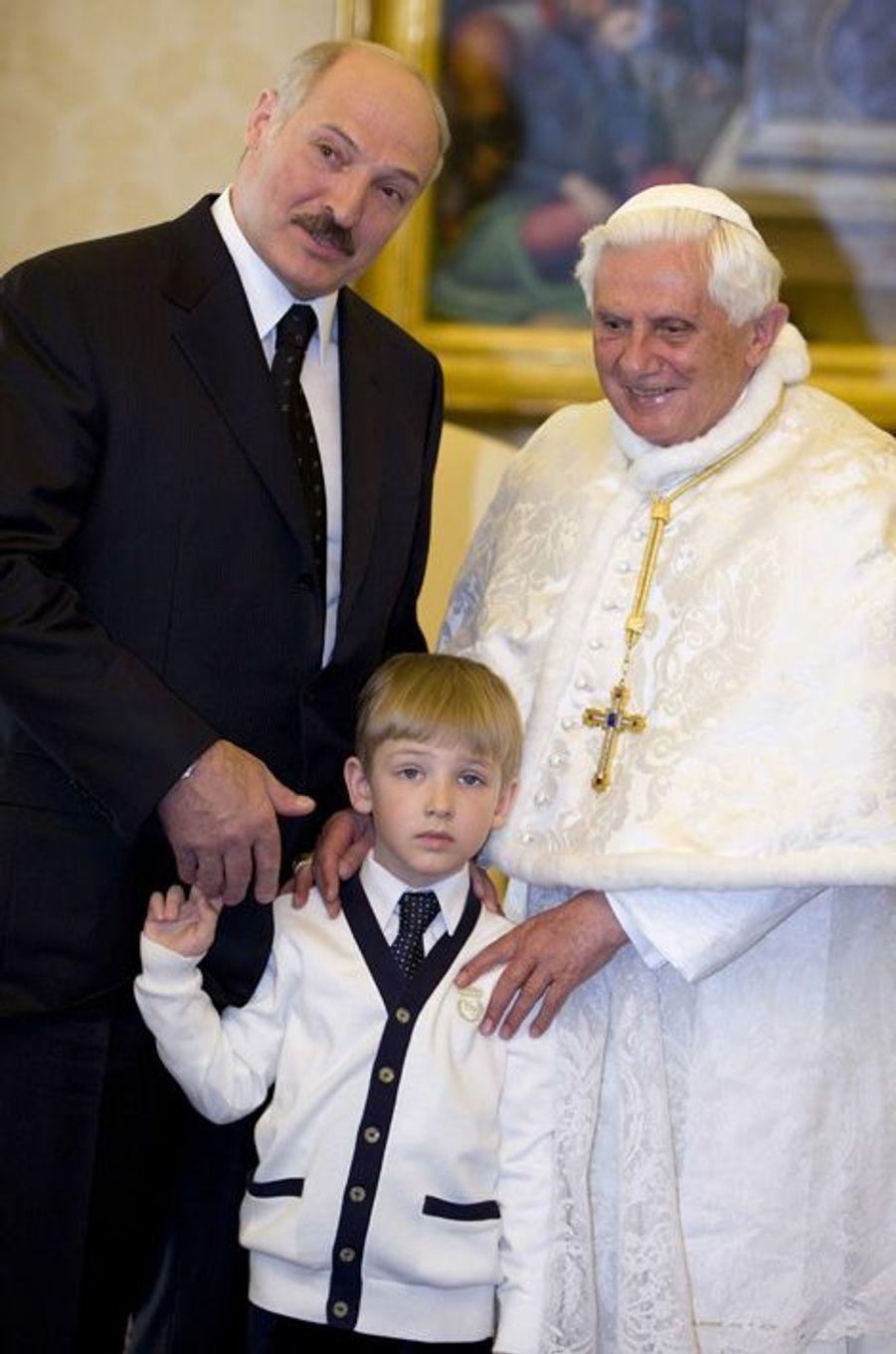 Alexandre Loukachenko et son fils Nikolaï rencontrent le pape Benoît XVI au Vatican, le 27 avril 2009