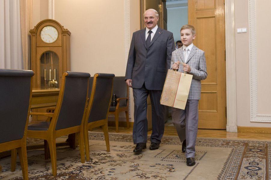 Alexandre Loukachenko et son fils Nikolaï rencontrent le président du Parlement ukrainien Oleksander Turchinov à Kiev, le 7 juin 2014