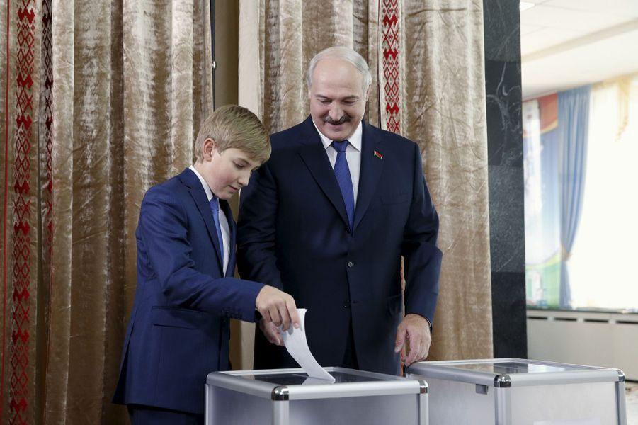 Alexandre Loukachenko vote avec son fils Nikolaï à Minsk, le 11 octobre 2015
